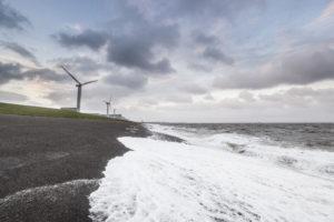 Experiment met innovatief asfalt op Waddenzeedijk