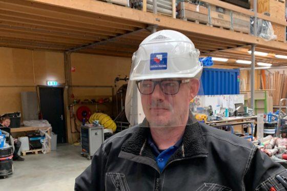 Friese bouwer bedenkt coronahelm: 'Morgen zijn de eerste 500 exemplaren klaar'